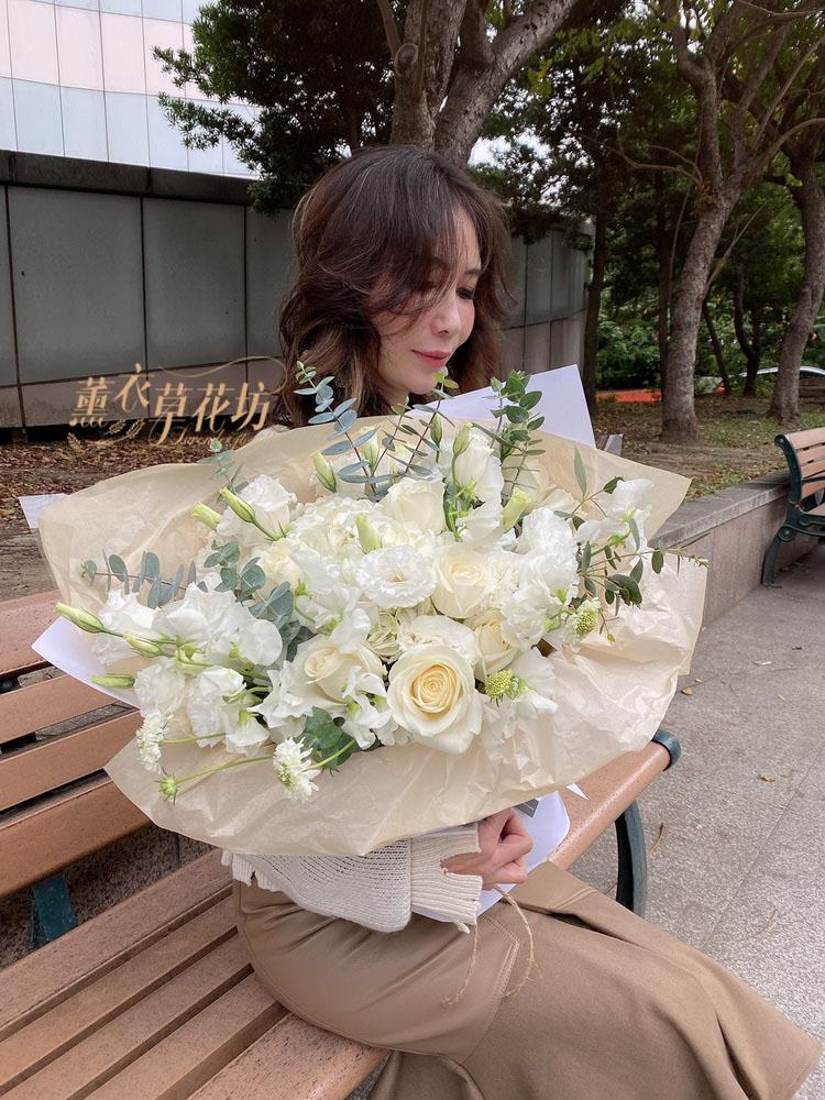 白玫瑰花束設計109011803
